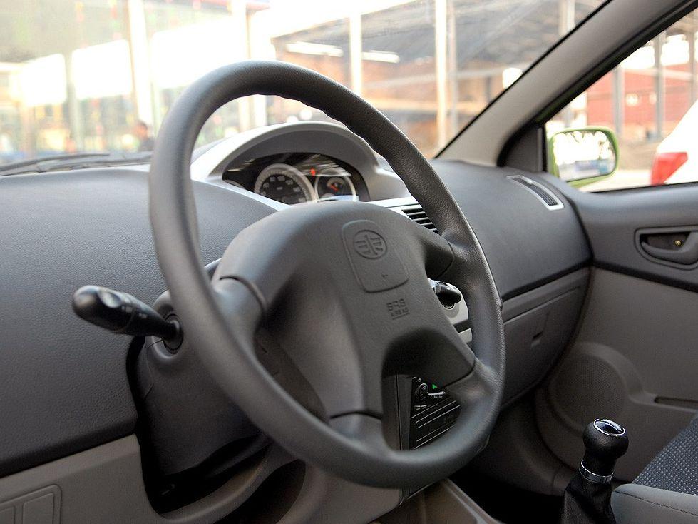 天津一汽 威志两厢 1.3 手动豪华型中控方向盘1288236高清图片