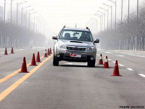 探索车辆的操控底线!专业测试的目的